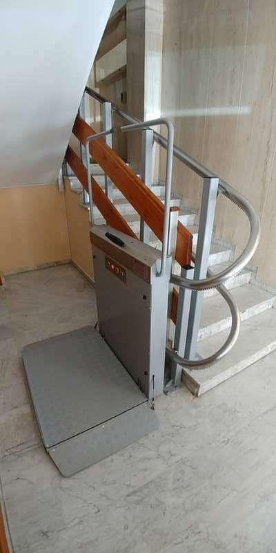 Plataforma sube escaleras curva Andrómeda. Instalación en C. Propietarios en Murcia