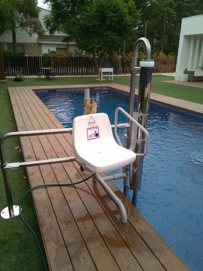 Elevador salvaescaleras de piscina Poseidón.  Instalación en chalet. Moncofa (Castellón)