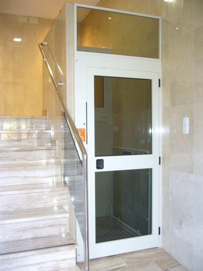 Elevador salvaescaleras vertical modelo Baco. Instalación en Comunidad de Vecinos de Paiporta (Valencia)
