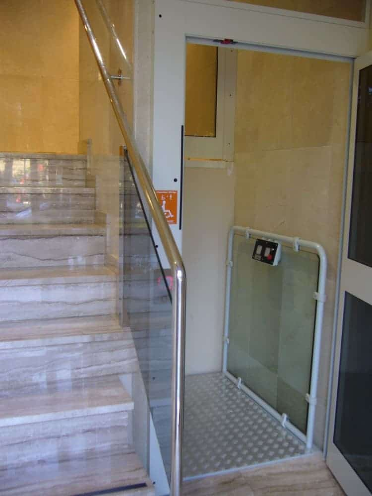 Elevador Baco puerta alta abierta