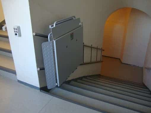 Plataforma elevadora Gea Excellence curva edificio público