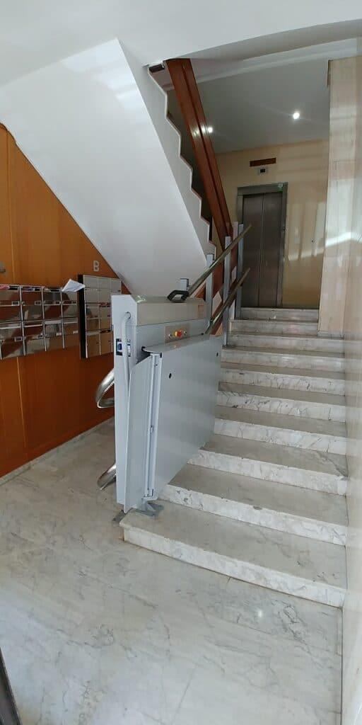Plataforma-salvaescaleras-Valencia_Andromeda-curva-Simotec-subiendo