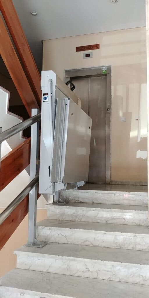 Plataforma-sube-escaleras-Valencia_Andromeda-curva-Simotec-parking-superior