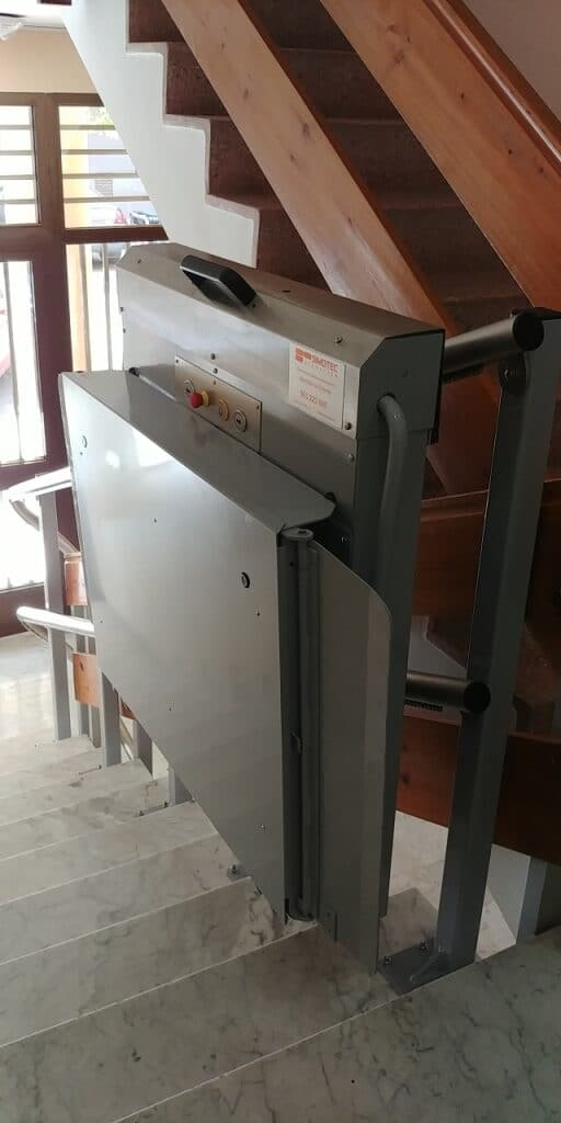 Plataforma-sube-escaleras-Valencia_Andromeda-curva-Simotec-aparcada