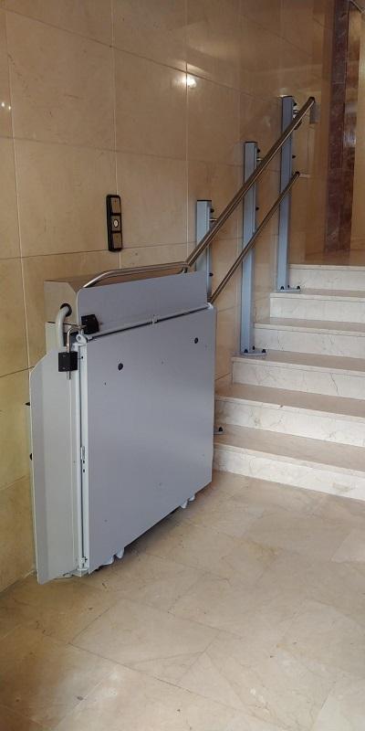 Plataforma elevadora Andrómeda recta en Picassent aparcada