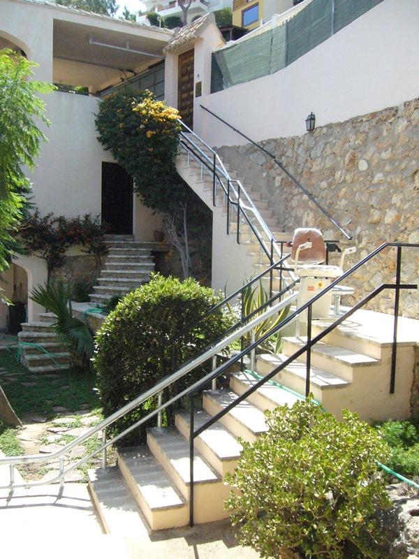Silla-sube-escaleras-exterior-modelo-Atenea-en-Cullera-subiendo