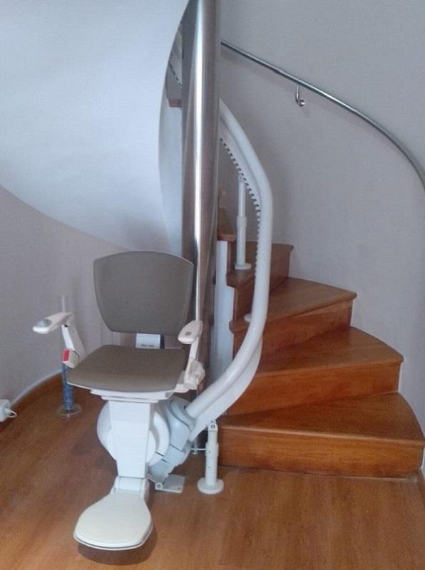 Silla salvaescaleras curva Helenia en El Puig en escalera de caracol aparcada abierta