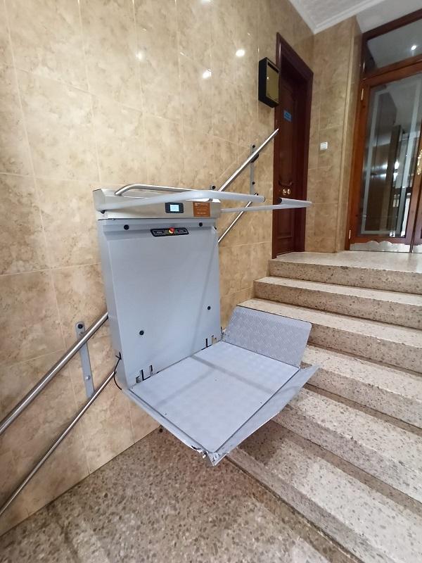 Plataforma-sube-escaleras-Andromeda-recta-Simotec-instalada-en-Alcoy-bajando