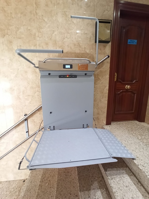 Plataforma-elevadora-compacta-Andromeda-recta-Alcoy-rampa-extra-larga-de-desembarque