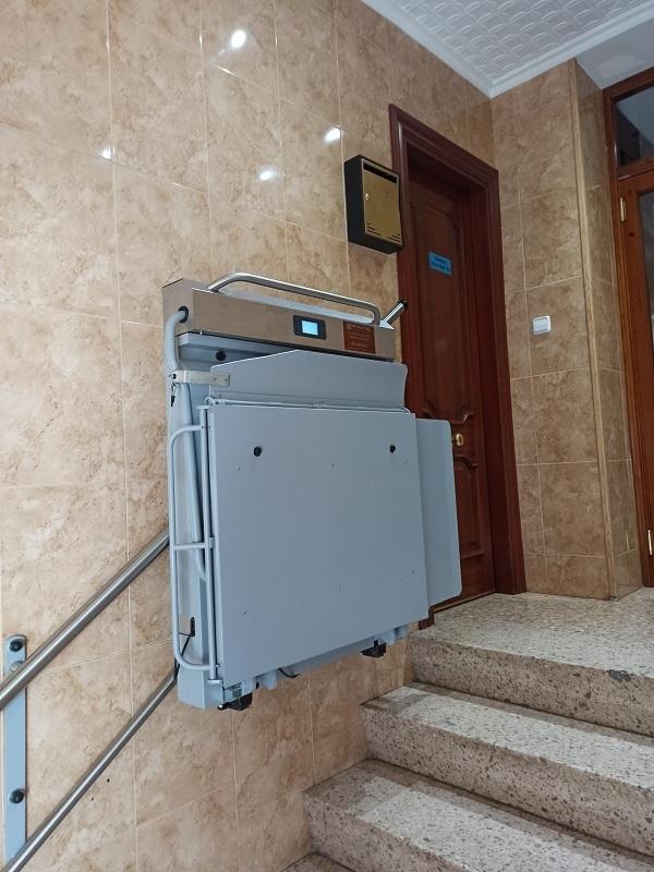 Plataforma-sube-escaleras-Andromeda-recta-compacta-Simotec-instalada-en-Alcoy-aparcada
