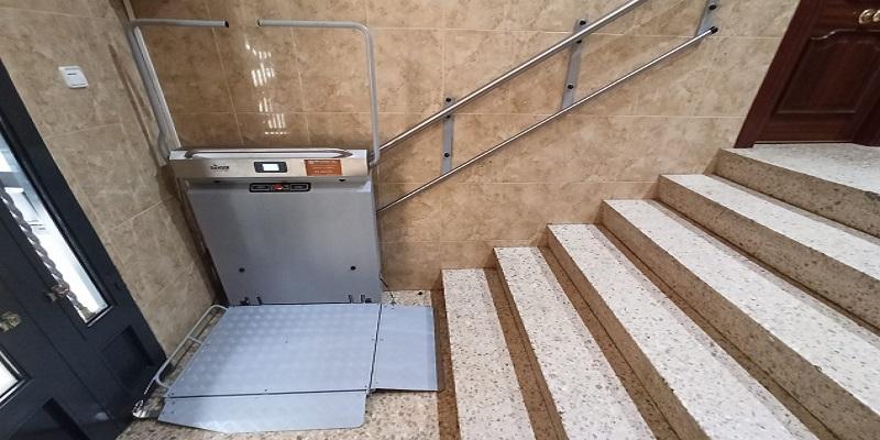 Plataforma-sube-escaleras-Alcoy_Andromeda-recta-Simotec-parking-inferior