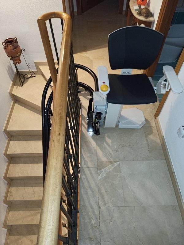 Silla-sube-escaleras-Elektra-curva-Simotec-instalada-en-Alboraya-parking-superior