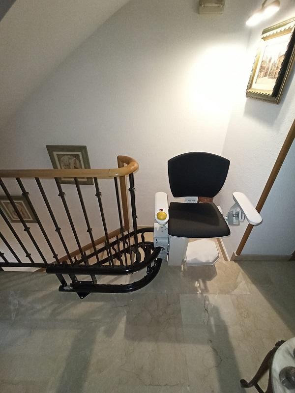 Silla-sube-escaleras-Elektra-curva-Simotec-instalada-en-Alboraya-final