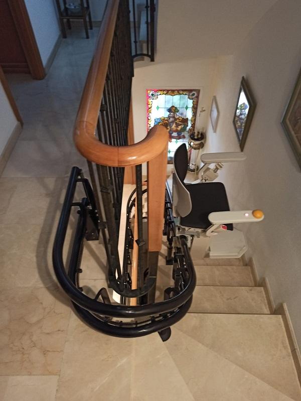 Silla-sube-escaleras-Elektra-curva-Simotec-instalada-en-Alboraya-subiendo