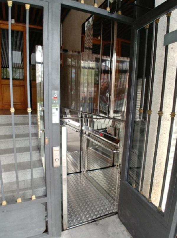 Elevador Neptuno en Alicante puerta abierta