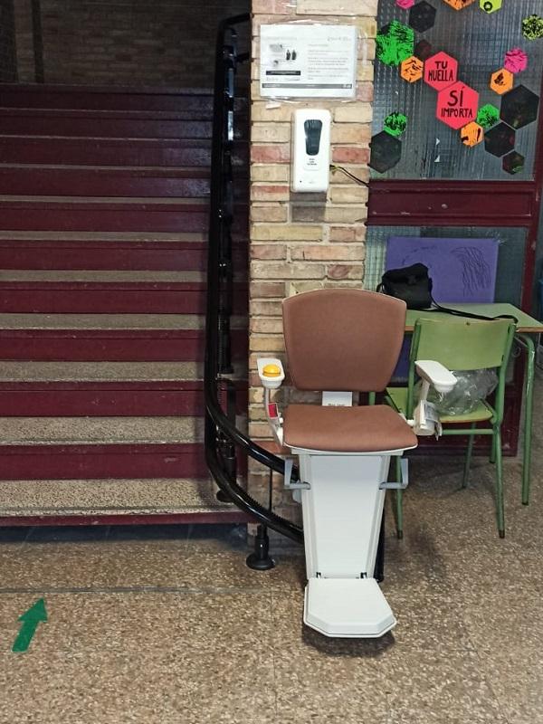 Silla salvaescaleras curva de Simotec instalada en un colegio en Valencia parking inferior