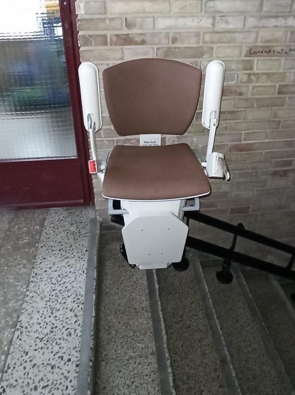 Silla salvaescaleras curva de Simotec instalada en un colegio en Valencia parking superior