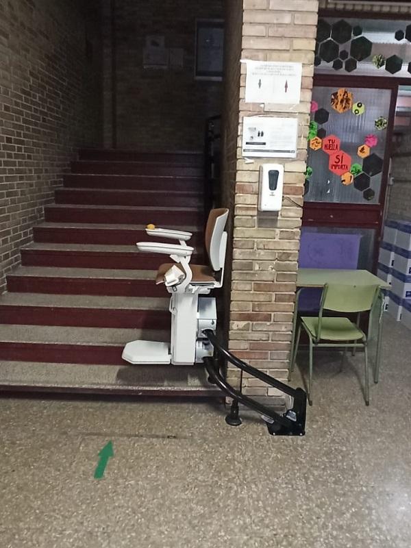 Silla salvaescaleras curva de Simotec instalada en un colegio en Valencia bajando