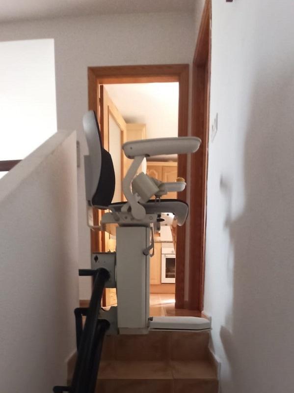 Silla-elevadora-Elektra-Simotec-Calpe-parking-curva-arriba