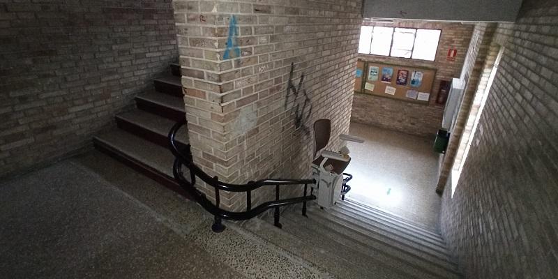 Silla-elevadora-Elektra-curva-Simotec-colegio-Valencia-bajando