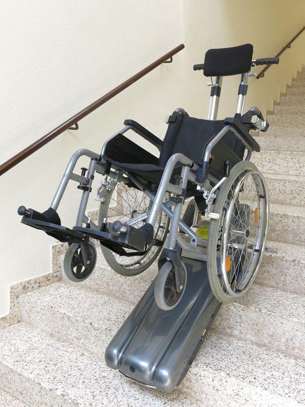 Oruga-sube-escaleras-Simotec-Castellon-bajando-silla-de-ruedas