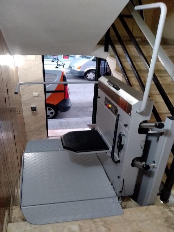 Plataforma salvaescaleras curva Andrómeda en Sagunto abierta en parking superior