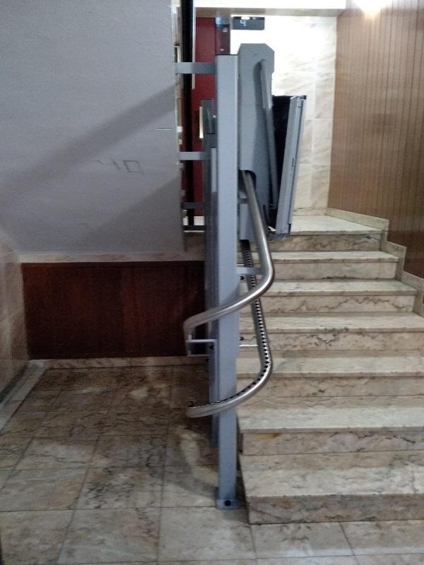 Plataforma-inclinada-curva-Simotec-modelo Andrómeda con raíl-acero-inoxidable subiendo