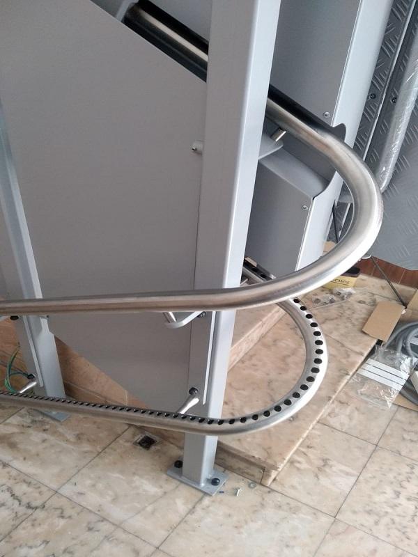 Plataforma-inclinada-curva-Simotec-modelo Andrómeda con raíl-acero-inoxidable